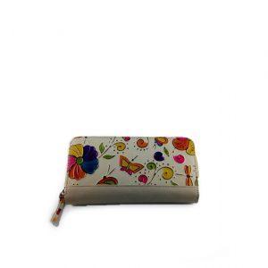 Billetera beige para mujer con flores y mariposas repujadas, esta hecha en cuero colombiano