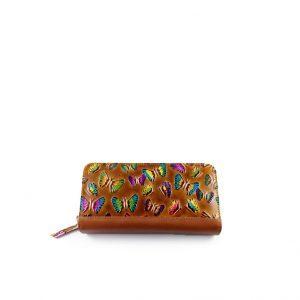 Billetera de mujer elaborada en cuero color miel con mariposas pintadas a mano, alto relieve