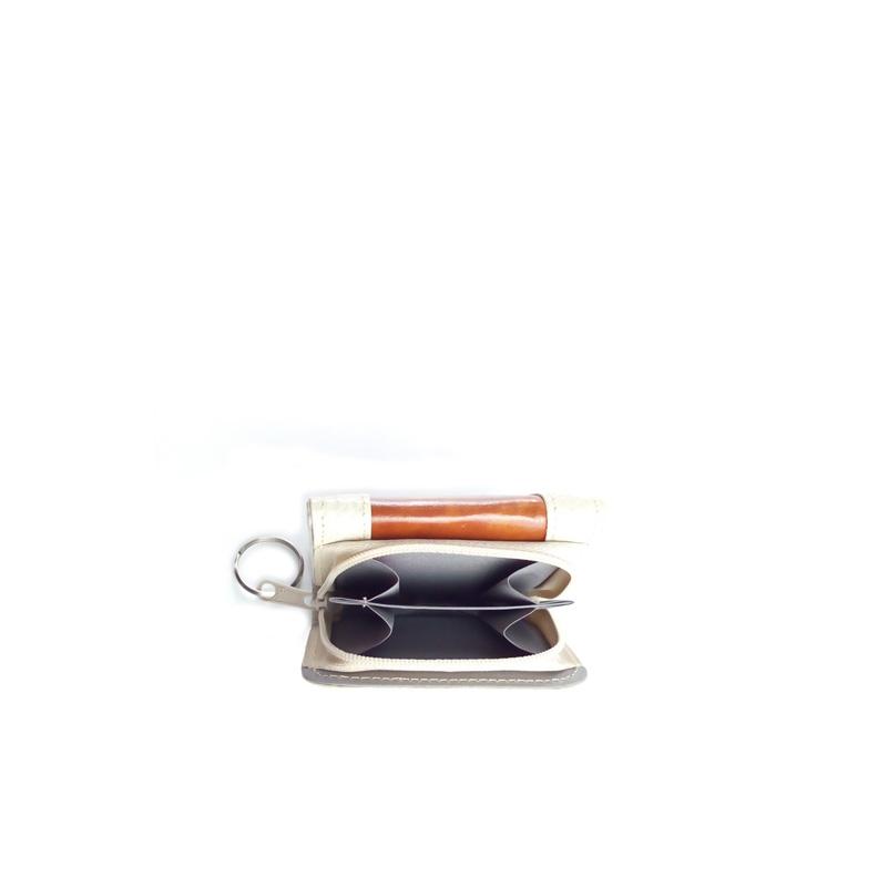 Parte interna del monedero billetera de color beige